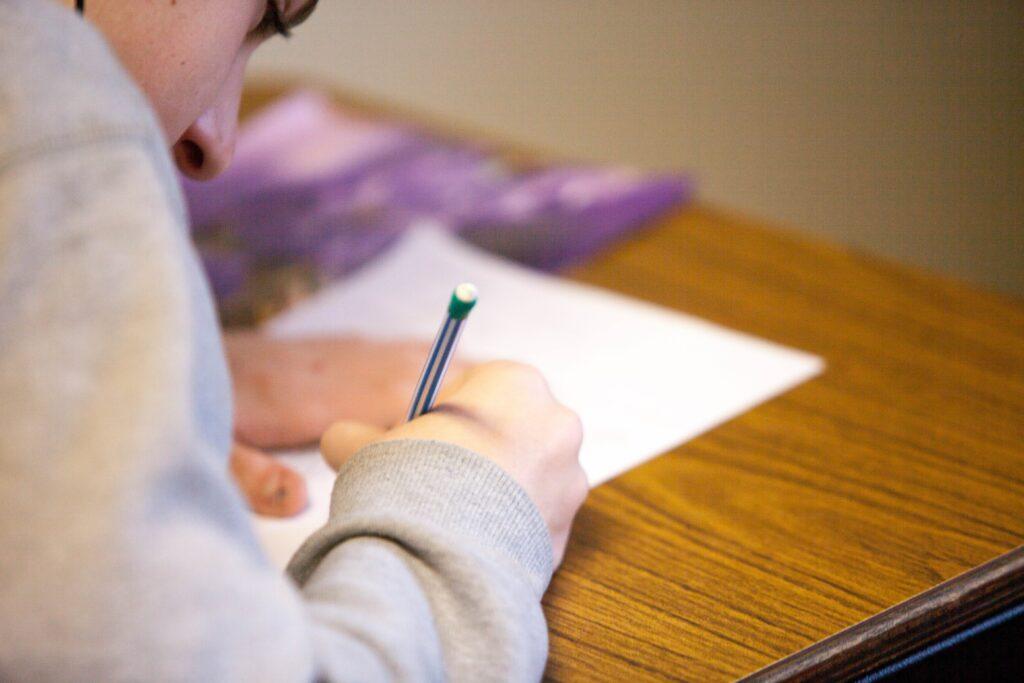 Scholier aan het schrijven