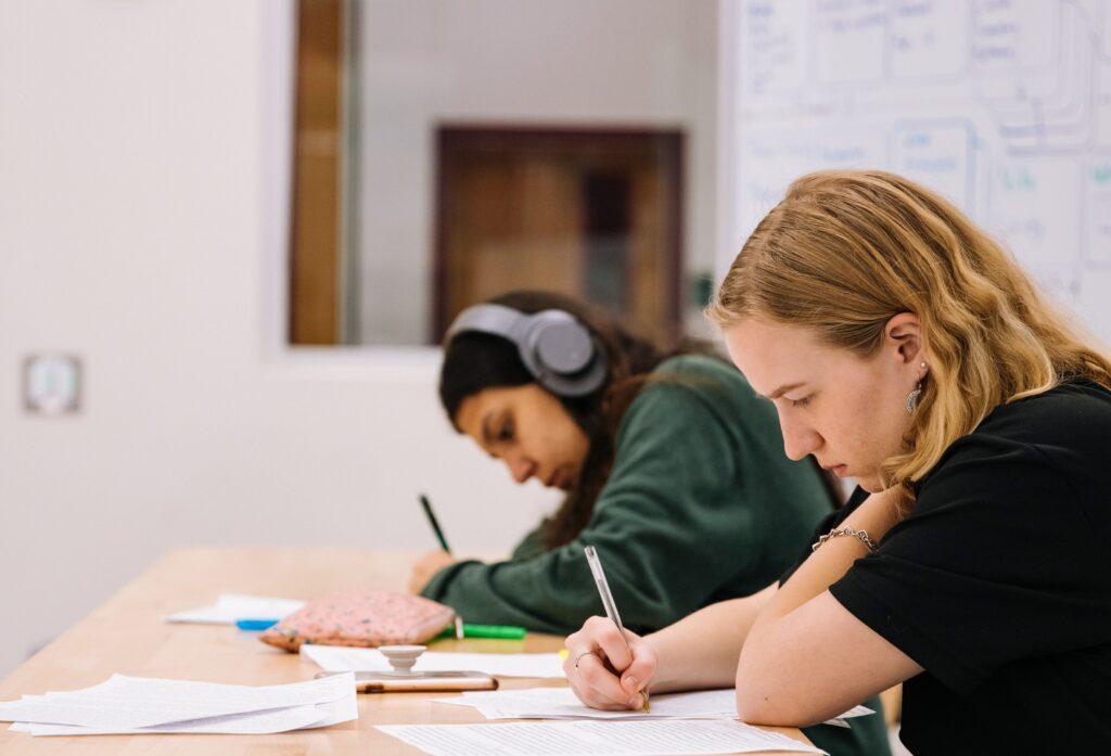 Twee leerlingen in de klas aan het werk